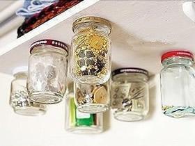 隔板背面安装玻璃罐 实用的家居收纳DIY创意
