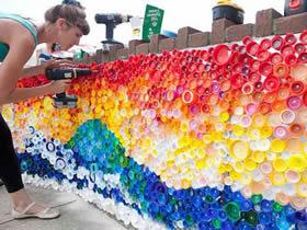 美丽彩虹墙的制作方法 塑料瓶盖DIY彩虹墙饰