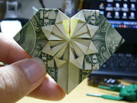 怎么折纸美元爱心 带星星图案纸币爱心的折法