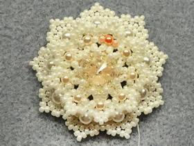 怎么做串珠胸花图解 美丽雪花的串珠方法