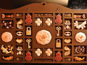 手工雕刻的立体纸雕作品 很有中国传统的味道