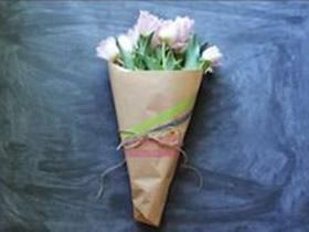 怎么用牛皮纸包花图解 牛皮纸包手捧花的方法