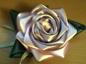 怎么做缎带玫瑰花饰品 缎带手工制作玫瑰花图解