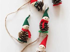 用松果和毡布做圣诞节小人挂饰的方法