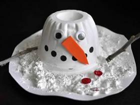 用果冻杯制作融化的雪人的方法