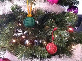 用伞绳编织圣诞球挂饰的方法图解