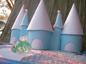 用废弃塑料容器DIY冰封城堡的方法