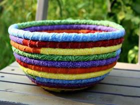 用旧衣服和绳子制作收纳筐的方法