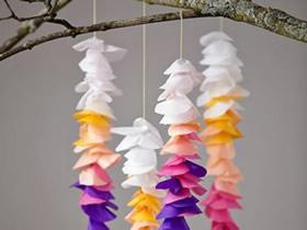 用彩色薄纸做花朵挂饰的方法