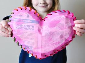 用旧报纸做情人节爱心装饰的方法