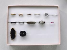 用纸盒盖子和海绵泡沫做戒指收纳的方法