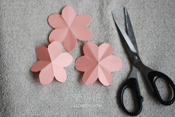 怎么用卡纸做玫瑰花球的方法教程- www.aizhezhi.com