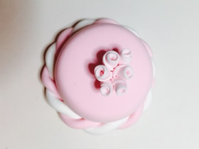 怎么用粘土做粉色带花蛋糕的方法教程