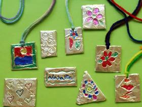 怎么用锡箔纸做浮雕效果儿童项链的方法教程