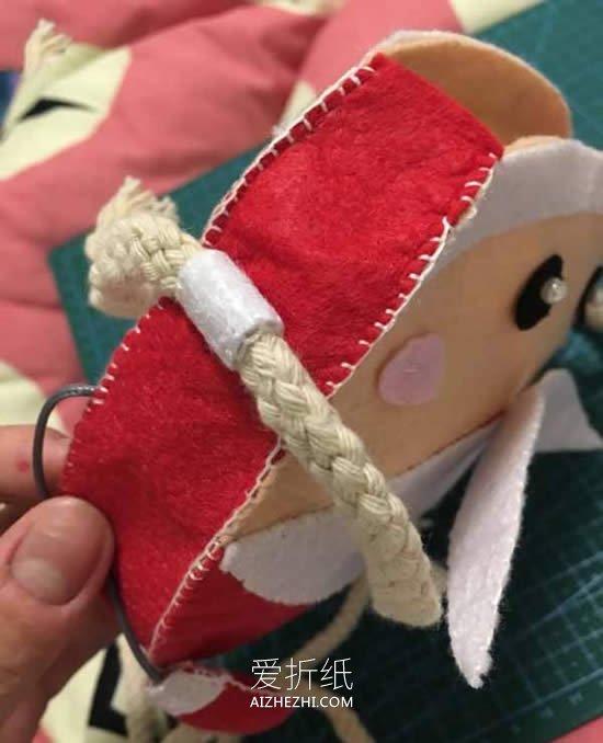 怎么用不织布做圣诞老人手提包的方法图解- www.aizhezhi.com