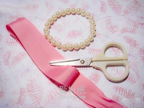 怎么用缎带做蝴蝶结珍珠手链的方法图解- www.aizhezhi.com