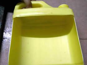 怎么用洗洁精瓶子做铲子的方法图解