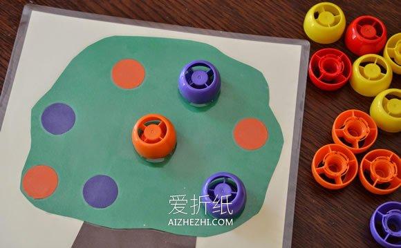 怎么用卡纸和瓶盖做果树粘贴画的方法图解- www.aizhezhi.com