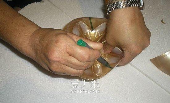 怎么用饮料塑料瓶做优雅花瓶的方法图解- www.aizhezhi.com