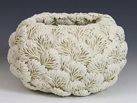 以花草植物形象堆迭出的白色瓷器作品图片